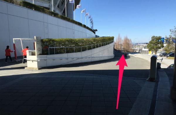 新横浜駅(日産スタジアム東ゲート広場)から「球技場」へ行くルートを紹介(写真付き)2