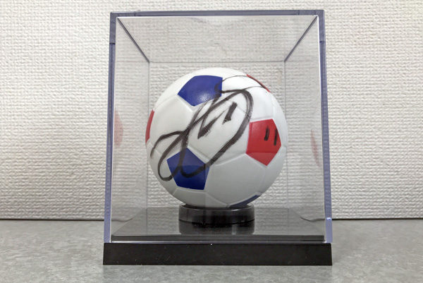 遠藤渓太選手の「勝利のサインボール」を譲ってもらい、観賞用にちょうどいい保存ケースを見つけた。