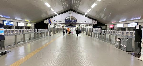 小池龍太・岩田智輝・前田大然選手の圧が強い!シーサイドライン新杉田駅の「チャレンジ・ザ・フードロス」のポスターが両サイドから。